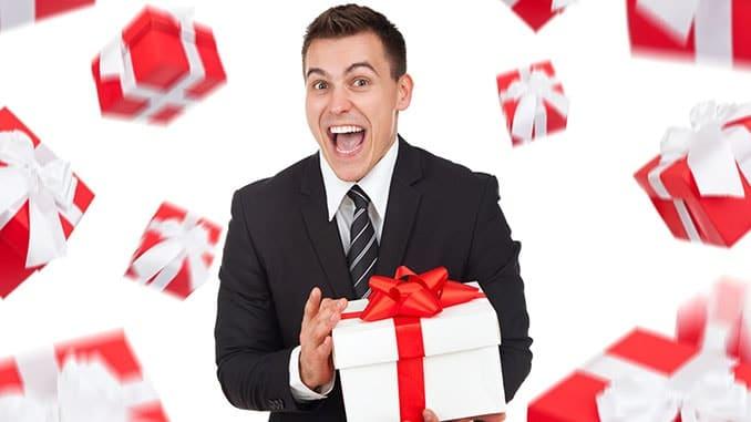 молодой мужчина с подарком